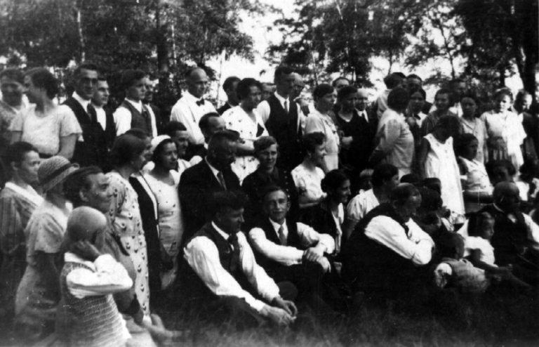 Die Zeugen Jehovas wurden mit unerbittlicher Härte vom NS-Regime verfolgt. Das Foto zeigt eine konspirative Zusammenkunft in einem Wald in Herne, um 1934.